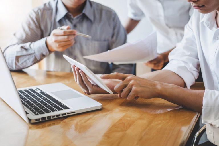 assembleias virtuais para acionistas - pessoas de uma empresa reunidas
