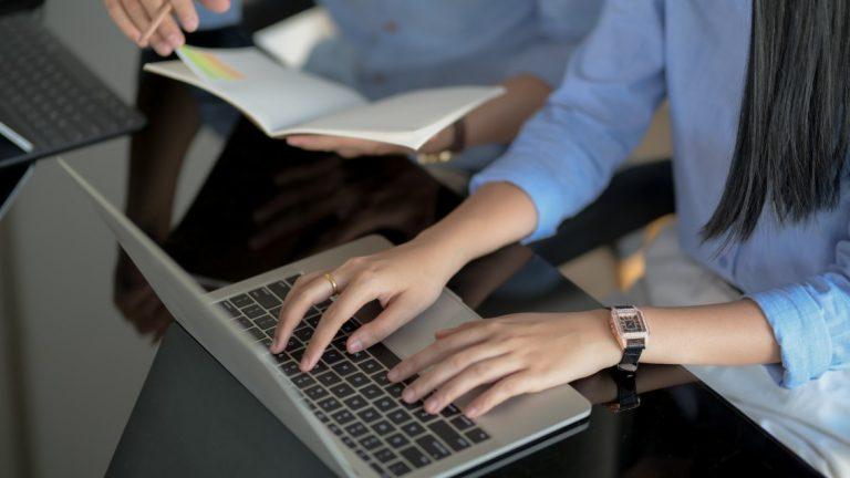 Responsabilidade civil dos administradores - mulher digitando em um notebook