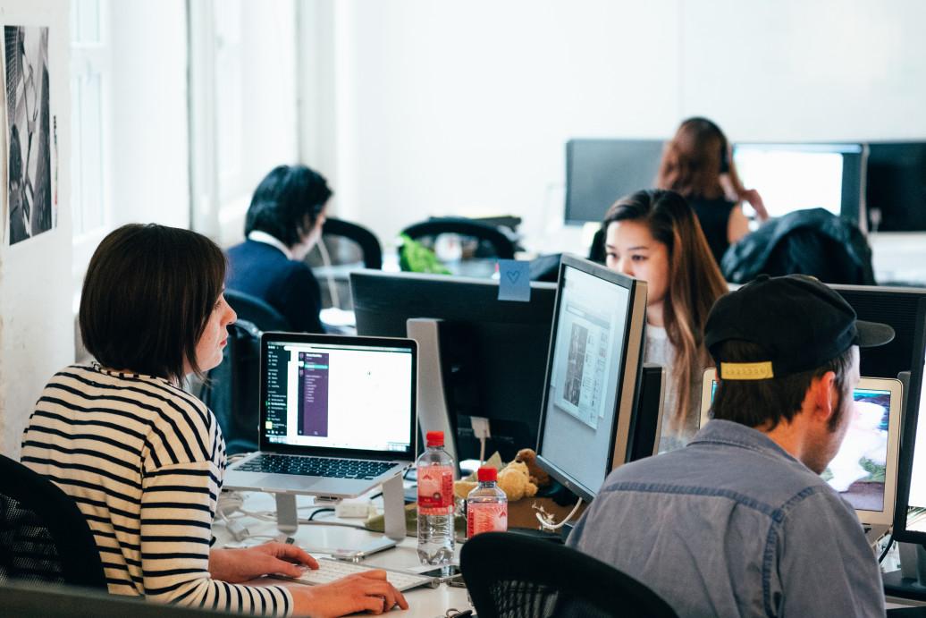 Marco Legal das Startups - pessoas trabalhando em uma agência